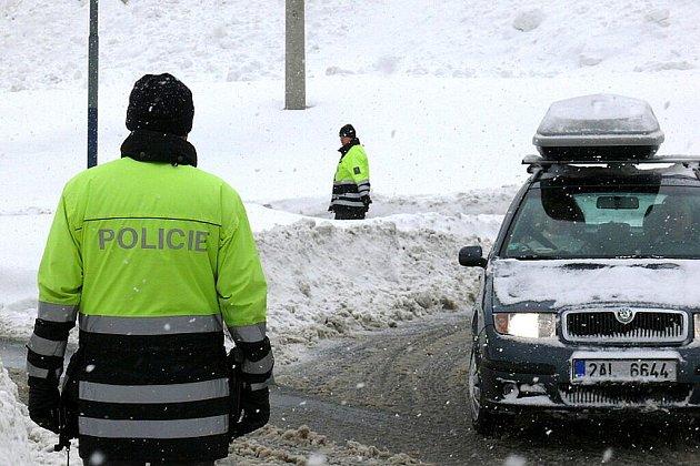 Problémy jsou především v horských částech okresů Semily a Jablonec nad Nisou. Přechod v Harrachově bude pro kamiony zavřený až do pátku. Policisté auta odkláněli už v Tanvaldu.