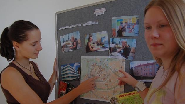 Studentky Sandra Vlková a Vanda Krausová ukazují na mapě Bautzenu místa své odborné praxe. Mapu umístili studenti na školní nástěnku, kde je také fotodokumentace z tří týdeního pobytu.