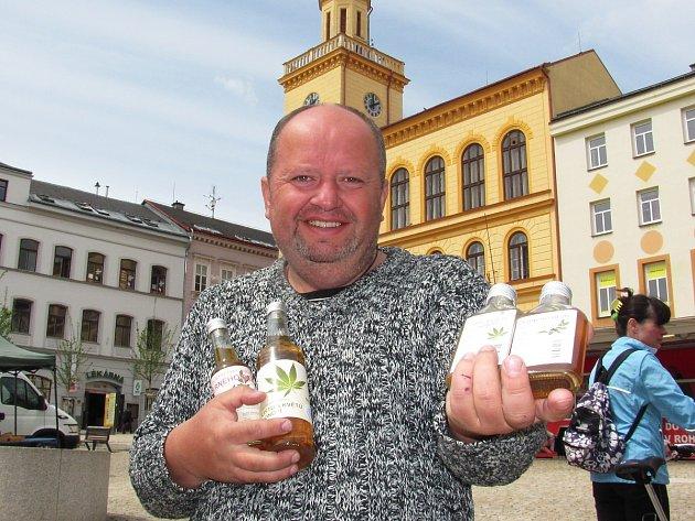 Petr Hartmann ze Sudoměřic: prodáváme rybízové víno, léčivé víno z černého rybízu, vozíme hroznová vína a nabízíme byliny a bylinné sirupy.