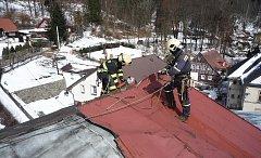 Výšková technika a lezecké družstvo jabloneckých profesionálních hasičů zasahovalo v neděli před polednem v Desné.