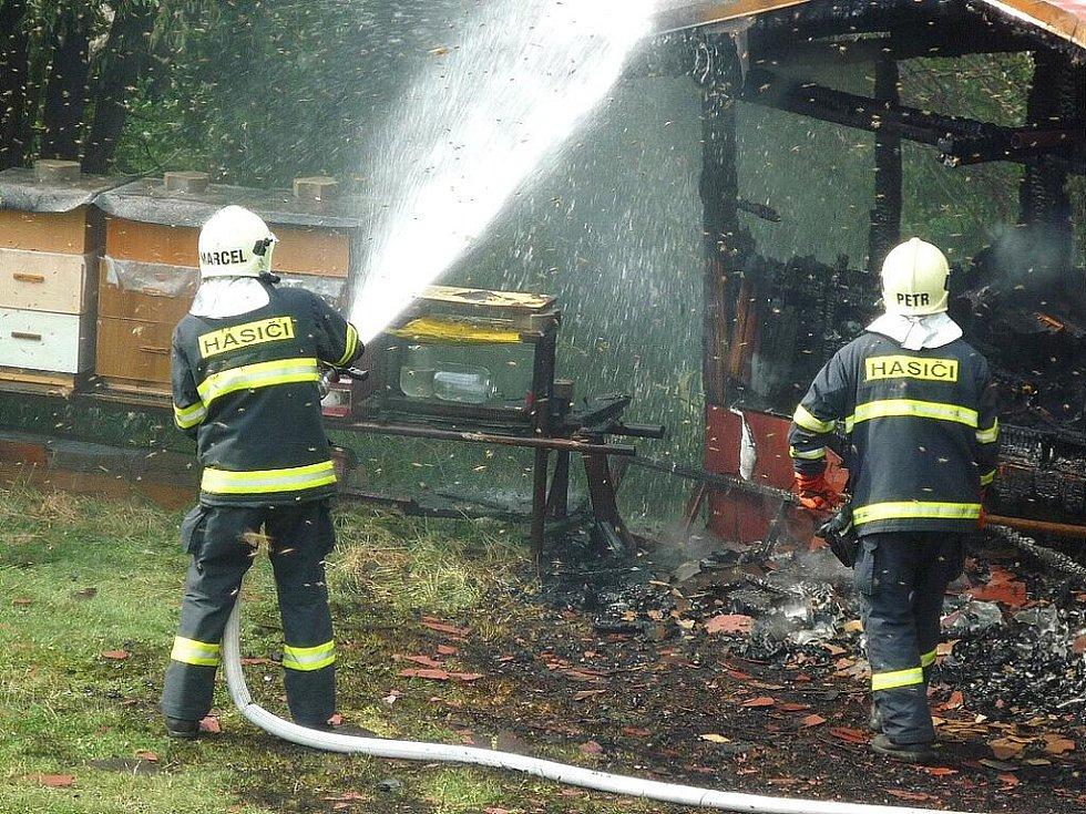 Hasiči v Bozkově bojovali s ohněm i podrážděnými včelami.