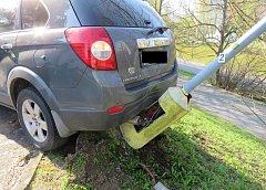 Nezajištěné auto srazilo lampu.