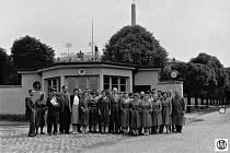 1960. Společná fotografie zaměstnanců před branami Pivovaru ve Vratislavicích nad Nisou.