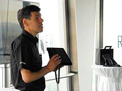 Dalibor Dědek, majitel skupiny Jablotron, představuje novinku.