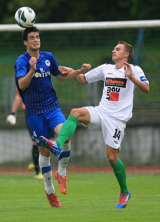 Derby juniorek vyhrál Jablonec (v bílém). Na snímku Jakub Trnka z Liberce a Václav Helm z Jablonce.