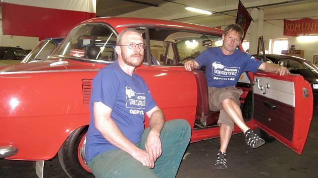 Ladislav Hrubý (vpravo) představí návštěvníkům muzea také lahůdku, vůz Škoda 1000 MBX z roku 1967. S posledními úpravami před otevřením muzea mu pomáhal také Jan Olexa.