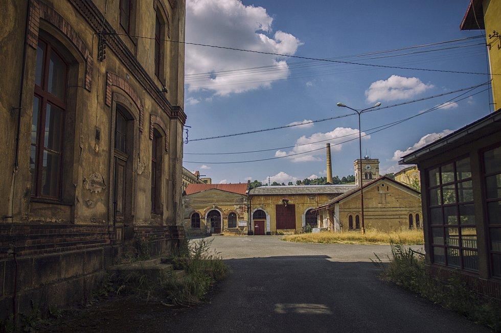 Opuštěná fabrika na okraji Semil ožívá výstavami a koncerty.