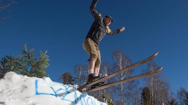 Recesisté na lyžích závodili ve Smržovce v dobových kostýmech. Závodilo se ve třech disciplínách. Slalom, sjezd s nejdelším dojezdem do protisvahu, a ve skoku, který byl většinou spojený s krkolomným pádem.