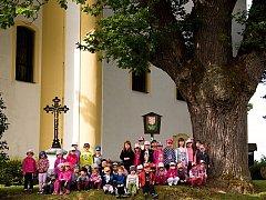Děti z místní MŠ pod dubem ze Zásady
