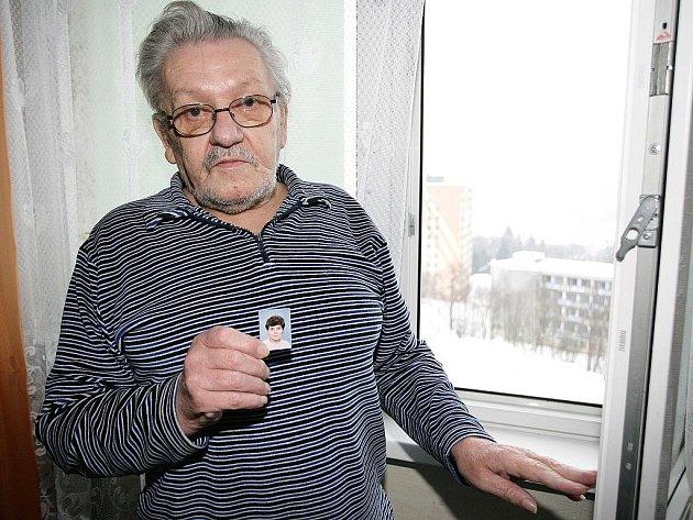 Jiří Benda s fotografií své manželky, která vypadla z desátého patra panelového domu na sídlišti v Tanvaldě.