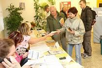Pátek po 14. hodině v jabloneckém volebním okrsku č. 24 bylo rušno. Zdejší místo se chlubí účastí až 30 procent voličů.
