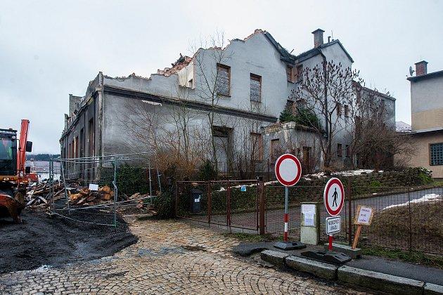 Ve Smetanově ulici v Jablonci nad Nisou pokračuje 1. února demolice objektu ve kterém sídlil bývalý státní podnik JAVOZ.