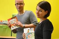 PAVEL NOVÁK spolu se svou kolegyní převzali během Týdne sociálních služeb pro uživatele několik dárků od jabloneckého primátora Petra Beitla