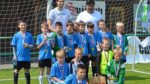 Žáci ze ZŠ Mozartova vyhráli kategorii mladších a zúčastní se finále v Liberci. Radost měl organizátor Michal Polman, který je zástupcem ředitele této školy a také Vojta Kubista (vlevo), prvoligový hráč FK Jablonec.