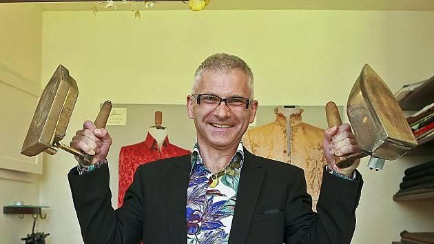 Petr Beneš z Jablonce svou profesionální dráhu krejčího začal před dvaceti lety.