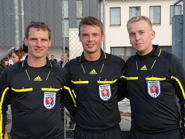 Trio rozhodčích v Nyonu. Zleva Jiří Kříž, Pavel Orel a Petr Blažej.