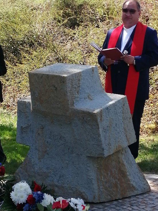 Místní farář Tomasz Dziedzic při proslovu.