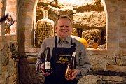 Dům Vína v Jablonci nad Nisou prošel kompletní rekonstrukcí. Nabízí stovky vín a svařák, který pomůže dětem v nemocnici. Na fotce Petr Krejčík z vinařství AnnoVino.