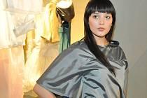 Výstavu semestrálních prací v jablonecké Galerii N studenti textilního a oděvního návrhářství Katedry designu Textilní fakulty Technické univerzity v Liberci slavnostně zahájili úterní módní přehlídkou.