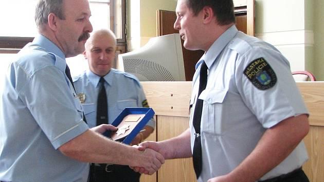 Historicky první titul Strážník roku, vyhlášený vedením MP Jablonec, získal za rok 2008 strážník Pavel Bitman. Na snímku přijímá gratulace od svého šéfa Jiřího Rulce.