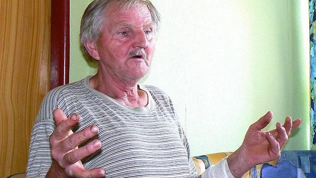 V Kauflandu si přímo před vedoucí a zákazníky podřízl předloktí ruky nožem zaměstnanec uklízeč Jaroslav Surý na protest za údajnou šikanu a bossingem ze strany své šéfky.