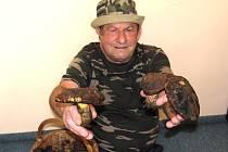 Od brzkého jara vyráží Miroslav Rýžak z Jablonce do lesa. Pravidelně startuje 9. května, kdy má narozeniny. Jeho lokalitou je Prosečský hřeben a Lukášov. S plným košíkem přišel do redakce v úterý 21. května. Jeden klouzek, kozák, a plný košík hřibů kovářů