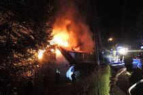 Osm jednotek hasičů zasahovalo u nočního požáru domu v Poniklé