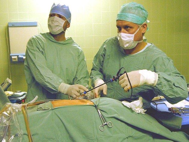 Lékaři právě odstraňují rakovinotvorný nádor na játrech.