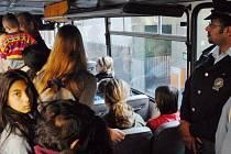 Spokojenost cestujících. S policistou probíhala cesta do školy v klidu. Kluci si přepočítali vrácené peníze a dívka, která má na svědomí policejní doprovod včera do autobusu nenastoupila.