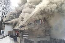 Ve Smržovce hoří chalupa. Na místě zasahují hasiči