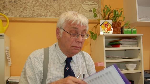 Ředitel Zákldní umělecké školy Jiří Veverka při práci.