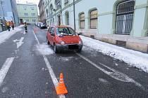 Ve středu odpoledne na tři jedoucí vozidla v centru města spadl led ze střechy domu.