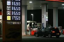 V posledních dnech se ceny pohoných hmot vyšplhaly v České republice na historické maximum. V Jablonci se však dá například Natural 95 pořídit pod 35 korun.