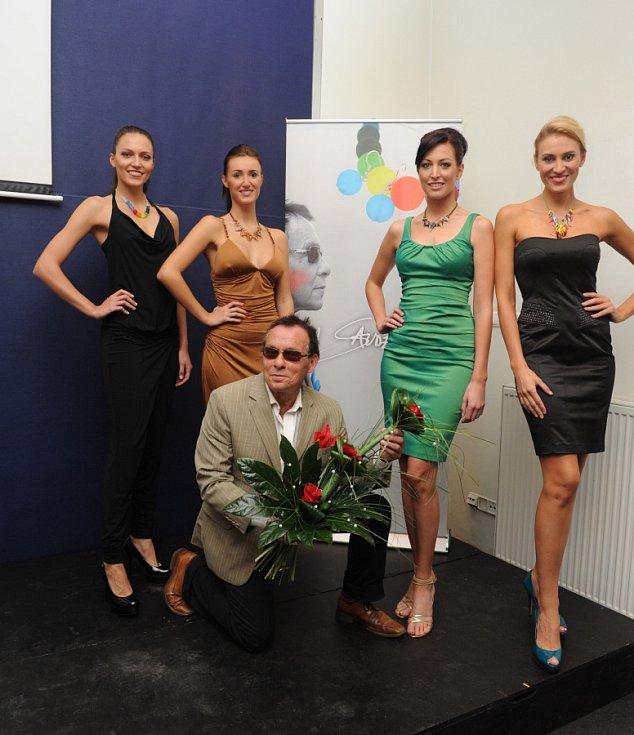 Na snímku Jan Saudek s modelkami Kateřinou Průšovou, Ilonou Žákovou, Taťánou Makarenko a Kateřinou Chládkovou (zleva).
