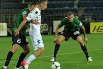 Jablonec porazil Slovácko 1:0. Na snímku Jakub Štochl a Vít Beneš z Jablonce při bránění Kováře ze Slovácka.