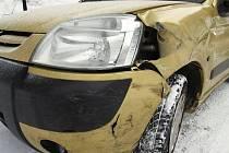 Nemalá škoda vznikla na vozidlech, jejichž řidiči se nezvládli vyhnout na zúžené silnici v Lukášovské ulici v Jablonci.