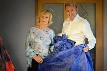 Gró večera plného módy bude tvořit autorská přehlídka přední české módní návrhářky Jiřiny Tauchmanové (na snímku s ředitelem jabloneckého divadla Pavlem Žurem).