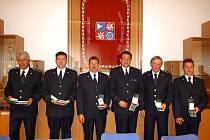 PRSA HASIČŮ ZDOBÍ MEDAILE. Dva z nich obdrželi medaili II. stupně za vytrvalou dvacetiletou službu. Zbylí čtyři dostali medaile III. stupně za deset let boje s ohněm. V pondělí ještě převezmou ocenění dvě ženy – starostky, které úzce a přátelsky s hasiči