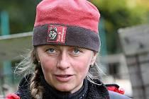 Jana Henychová se znovu chystá na zimní sezonu i na podzimní závody a tak prohání svou psí smečku po kopcích Jizerských hor několikrát denně. Chce v norské Altě ujet tisíc kilometrů.