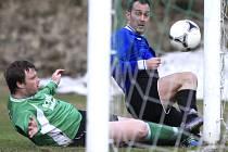 Fotbalisté Kokonína porazili Lučany (v zeleném) 4:3. Na snímku autor čtyř branek Míra Šilhán (vpravo).
