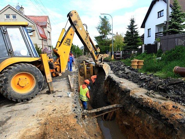 Za plánovanou odstávkou vody stojí stavební práce v Krkonošské ulici.