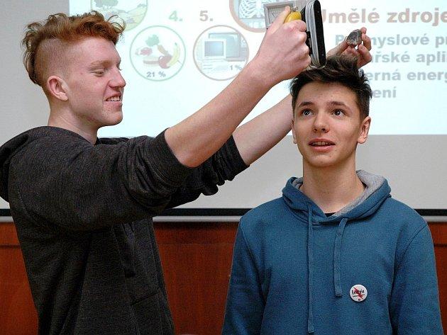 Do pokusu při přednášce Energie - budoucnost lidstva se pustil Martin Jurásek a Tomáš Stránský ze třídy M2C