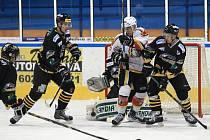 Jablonečtí Vlci doma prohráli se Sokolovem (v černém) 1:5. Rozhodly přesilové hry.