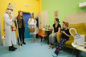 Mikuláš, čert a anděl navštívili jabloneckou nemocnici