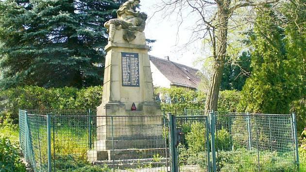 FOTO č. 2 Vzpomínka na padlé ve válce. Kde pomník stojí?