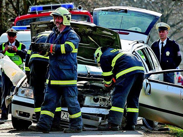 Zborcená střecha doslova řidiče rozdrtila. V tomto případě nepomohlo ani užití bezpečnostních pásů. Přivolaný lékař nemohl muži již pomoci.