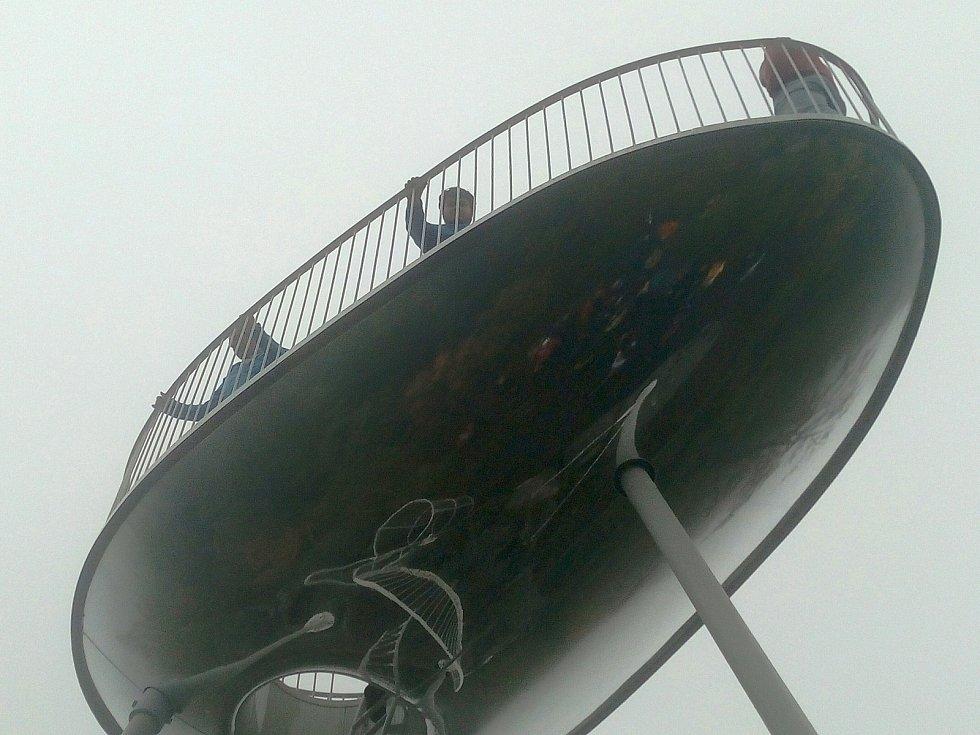 Na vrcholu Malého Špičáku nad Tanvaldem roste nové vyhlídkové místo ve tvaru obráceného bobu. Otevřou ho zřejmě na státní svátek 28. října.
