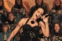 KONCERT K VÝROČÍ REVOLUCE. V pondělí koncertovala Lucie Bílá za klavírního doprovodu Petra Maláska v jabloneckém kostele sv. Anny ke 20. výročí sametové revoluce.