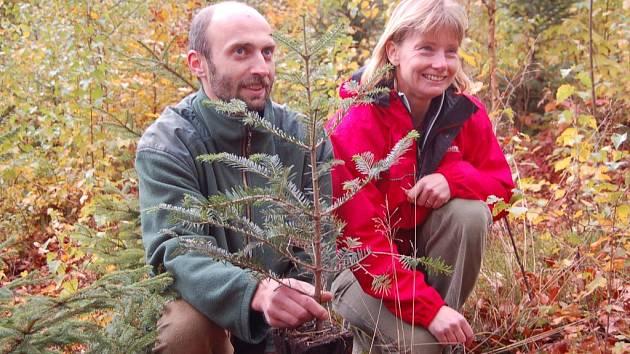 Slavná kajakářka Štěpánka Hilgertová a předseda Společnosti přátel přírody Jan Korytář představují první stromek zasazený v letošním roce v Lese Zelené energie.