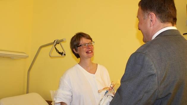 Primátor Petr Beitl přišel pozdravit maminky do porodnice.